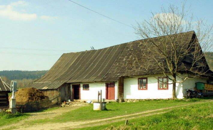 Łemkowska chyża we wsi Nowica powiat gorlicki / fot. CC BY-SA 3.0 / mzopw - {{own}}? / wikipedia.org
