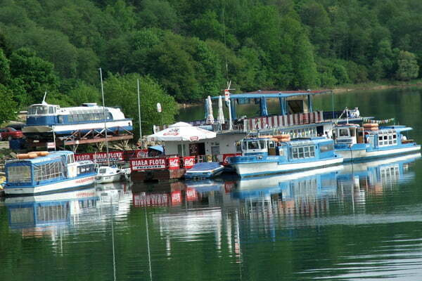 Statki Białej Floty i inne jednostki pływające czekają na turystów. Fot. Marci Jeżowski
