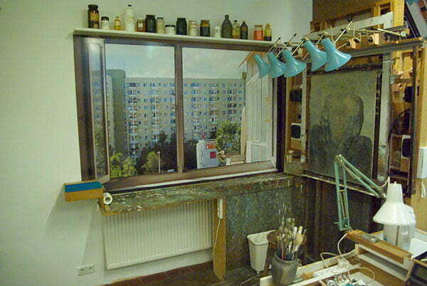 Odtworzone w Galerii Beksińskiego w Sanoku miejsce pracy Zdzisława Beksińskiego, pierwotnie w bloku przy ulicy Sonaty w Warszawie Fot. Lowdown/cc/wikimedia.org
