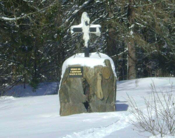 Pomnik Ofiarom gór i ratownikom niosącym im pomoc na Przełęczy Wyżnej Fot. Aneta Jamroży
