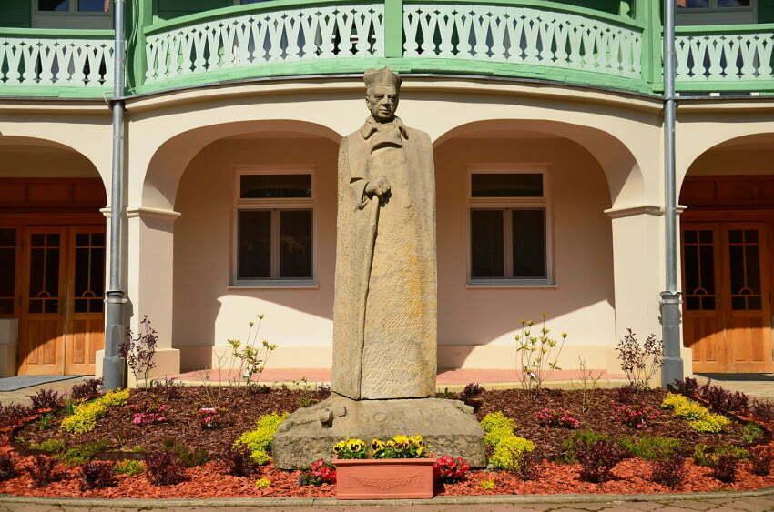 Komańcza: klasztor sióstr nazaretanek - pomnik Kardynała Tysiąclecia / fot. Grzegorz Miłkowski