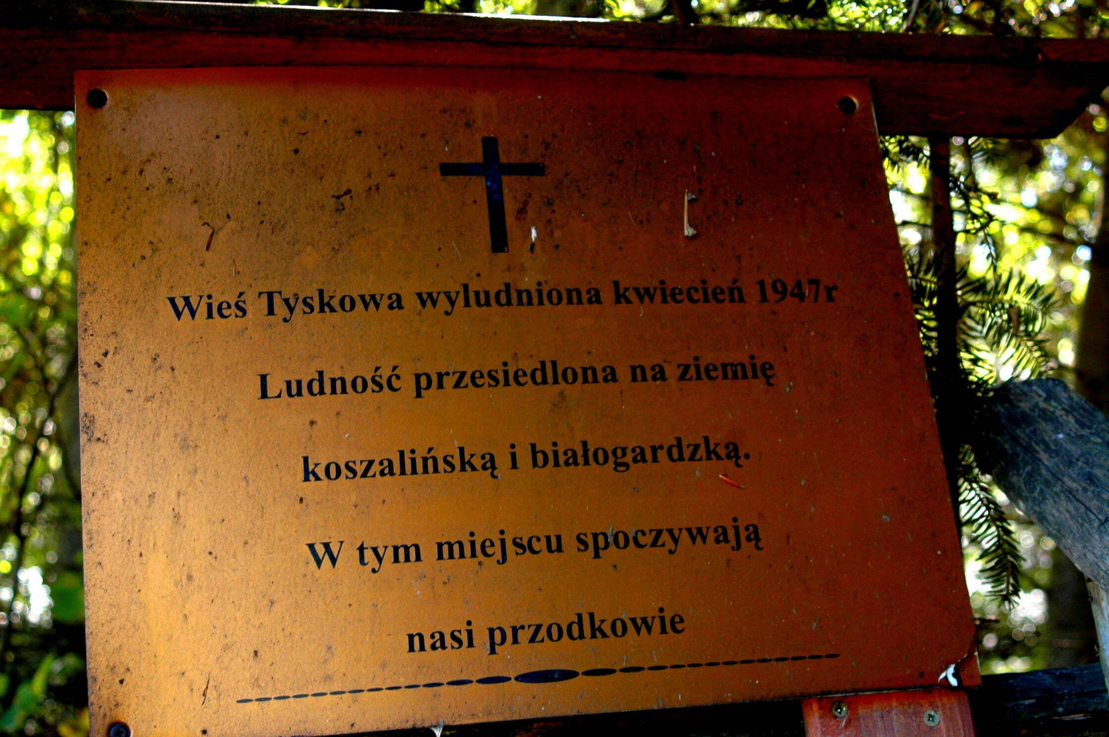 Do niedawna ta tablica była w Tyskowej, obecnie stoi krzyż w miejscu cerkwiska z nowym napisem / fot. Lidia Tul-Chmielewska