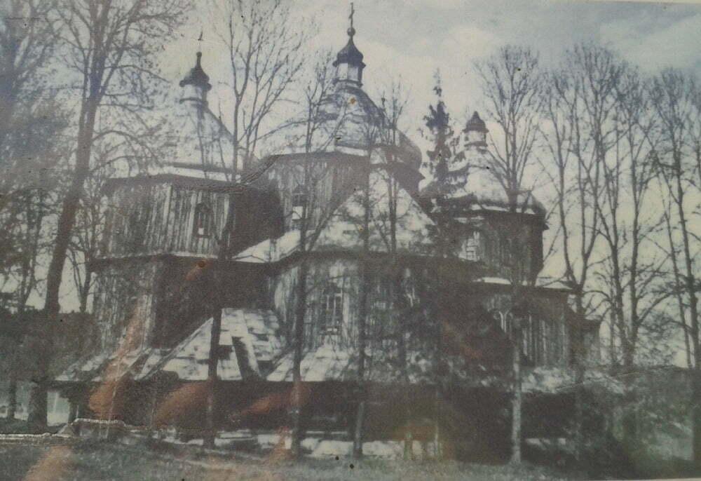 Reprodukcja zdjęcia dawnej cerkwi (fot. z tablicy informacyjnej przed cmentarzem)