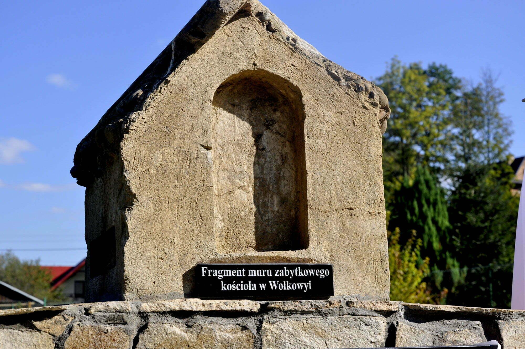 Fragment muru zabytkowego kościoła w Wołkowyi / fot. Lidia Tul-Chmielewska