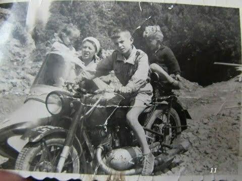 """Motor """"Iz"""" 350 prod. ZSRR, własność ojczyma. Ja za kierownicą, za mną Andrzej, w przyczepie mama i Marek. / fot. Archiwum Lesława Grabowskiego"""