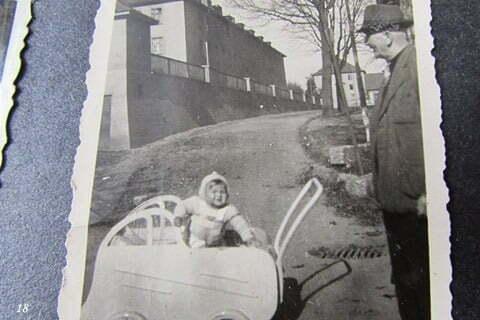 Ja w wózku, obok mój dziadek ze strony mamy, dyrektor gimnazjum, zamordowany w Rawiczu przez komunistów w czasach stalinowskich. / fot. Archiwum Lesława Grabowskiego