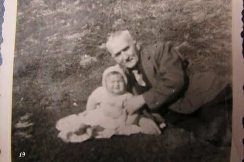 Ja z dziadkiem na spacerze. Dziadek nazywał się Ferdynand Kupko. / fot. Archiwum Lesława Grabowskiego