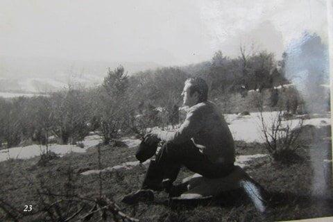 Lesław Grabowski opala się w wiosennym słońcu na Bieszczadzkim Mokliku. / fot. Archiwum Lesława Grabowskiego