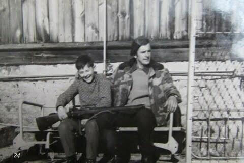 Marek i ja przed domem w Czarnej, przegląd broni (sztucera) / fot. Archiwum Lesława Grabowskiego
