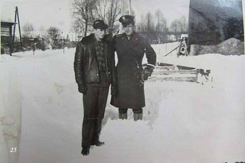Kolega Heniek Uluszczak, który odwiedził mnie w czasie urlopu w szkole oficerskiej, i ja, zamieniliśmy się ubraniami, ja ubrałem się w jego mundur. Staraliśmy się jednocześnie do tej samej szkoły oficerskiej, mnie się nie udało z opisanych w tym artykule powodów. / fot. Archiwum Lesława Grabowskiego
