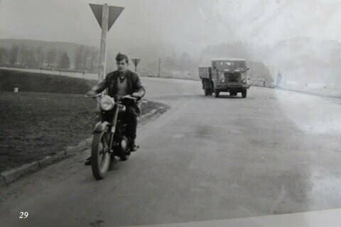 Ja na Junaku w Lesku, motor należał do ojca Kazika Kumki. / fot. Archiwum Lesława Grabowskiego
