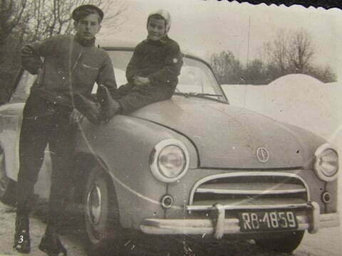 Ja i brat przyrodni Andrzej, siedzi na masce Syrenki należącej do ojczyma, zrobione w Czarnej PGR przed budynkiem gdzie mieszkaliśmy (zrobione od strony drogi dojazdowej) / fot. Archiwum Lesława Grabowskiego