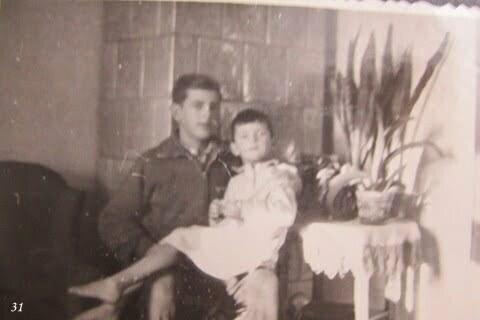 Ja z Markiem na kolanach pod kaflowym piecem, Czarna PGR. / fot. Archiwum Lesława Grabowskiego