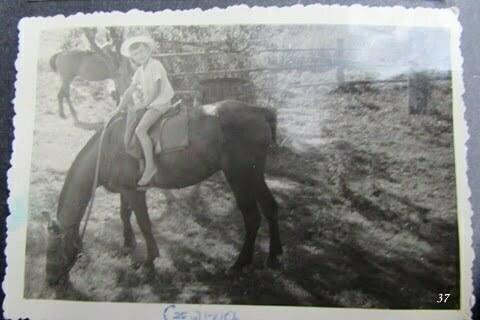 """Ja na koniu, początki Bieszczadzkiego """"kowbojstwa"""". Czarna PGR. / fot. Archiwum Lesława Grabowskiego"""