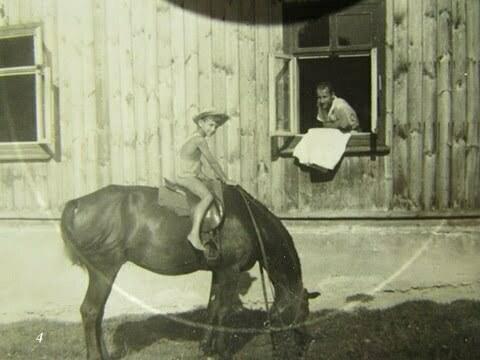 Ja na koniu, w oknie ojczym. Zrobione w Czarnej PGR przed budynkiem gdzie mieszkaliśmy. / fot. Archiwum Lesława Grabowskiego