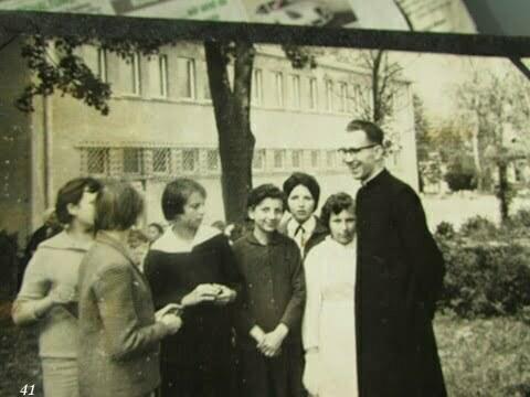 Grupa dziewczynek wraz z księdzem, Krysia po środku z założonymi rekami, Ustrzyki Dolne. / fot. Archiwum Lesława Grabowskiego