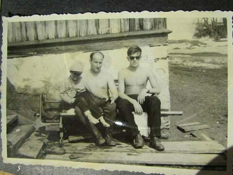 Od lewej, brat przyrodni Andrzej, ojczym i ja w słonecznych okularach. Zrobione przed budynkiem gdzie mieszkaliśmy w Czarnej. / fot. Archiwum Lesława Grabowskiego