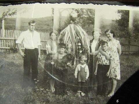 Od lewej, ja, Pani Wiśniewska, żona traktorzysty i dojarka w PGR, przyrodni brat Marek z psem, jakieś dziecko, następnie pani, której nazwiska nie pamiętam, przyrodni brat Andrzej i mama. Zrobione w Czarnej PGR przy okazji dożynek. / fot. Archiwum Lesława Grabowskiego