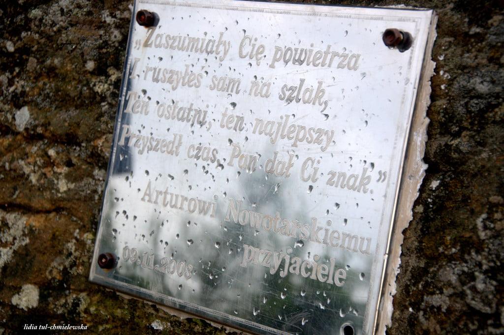 Dwernik Kamień - tablica pamiątkowa Arturowi Nowotarskiemu