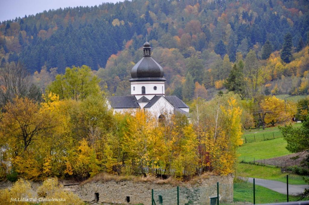 Kościół w Myczkowcach i ruiny spichlerza fot./Lidia Tul-Chmielewska