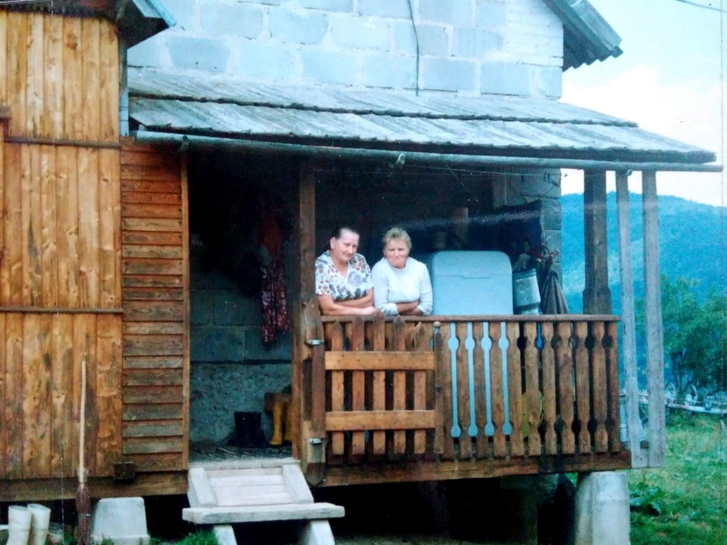 Zosia Zubek (po prawo) na ganku starego domu /fot. archiwum