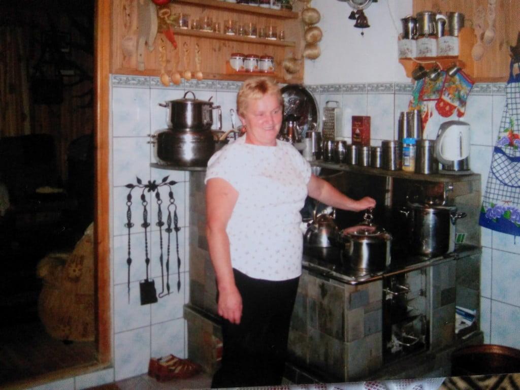 Gospodyni (Zosia Zubek) przy swojej kuchni /fot. archiwum