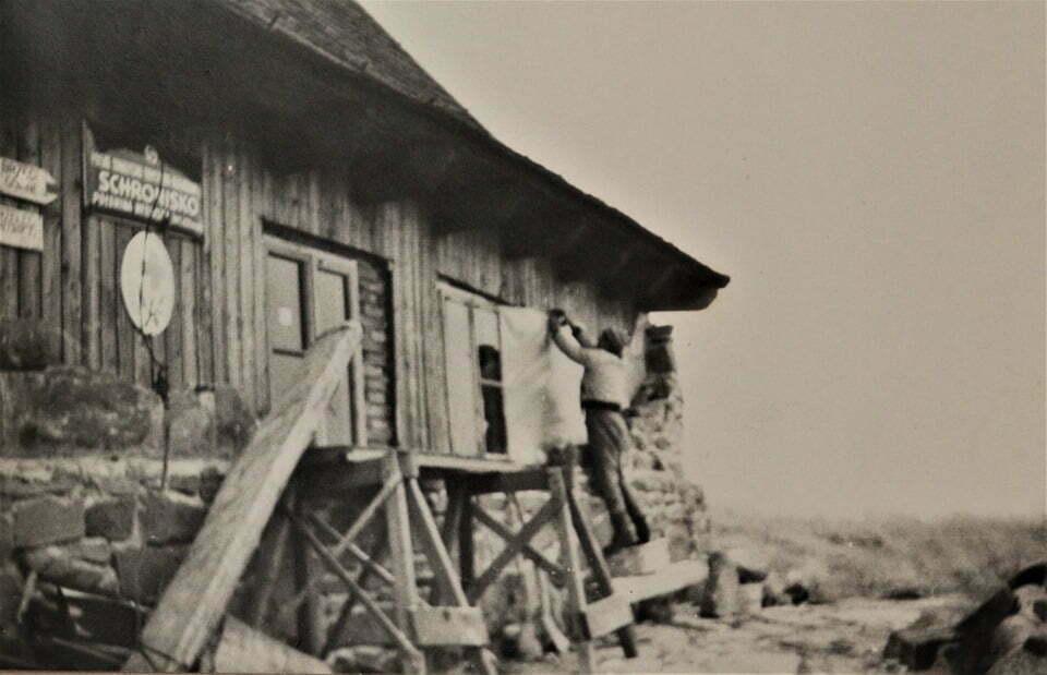 Lutek Pińczuk w trakcie przebudowy schroniska/ Fot. Prywatne archiwum Lutka Pinczuka/ www.facebook.com/Luteklegendabieszczad
