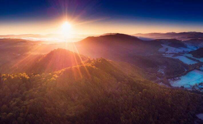 Wschód słońca nad bieszczadzkimi połoninami (widok z drona) / fot. shutterstock.com