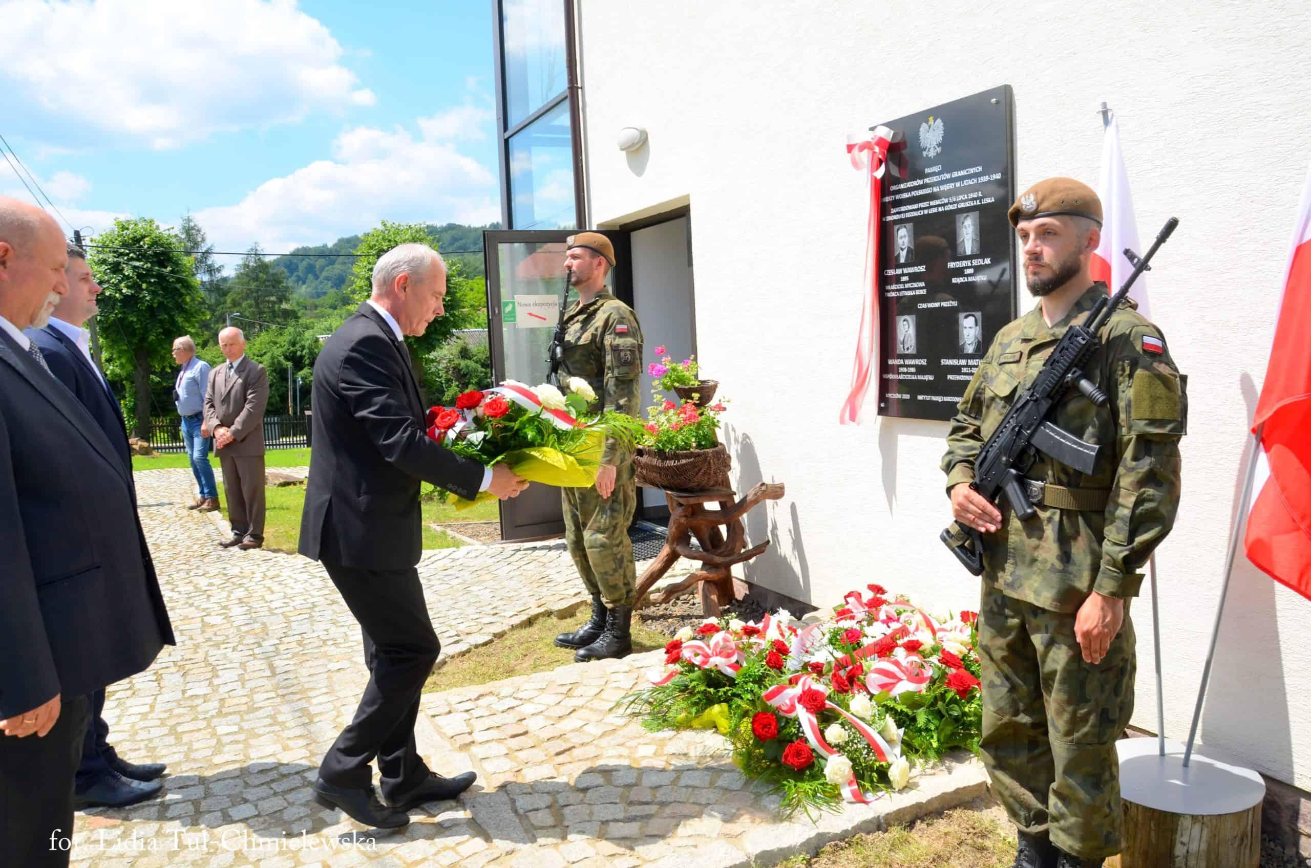 Kwiaty składa starosta leski Andrzej Olesiuk /fot. Lidia Tul-Chmielewska