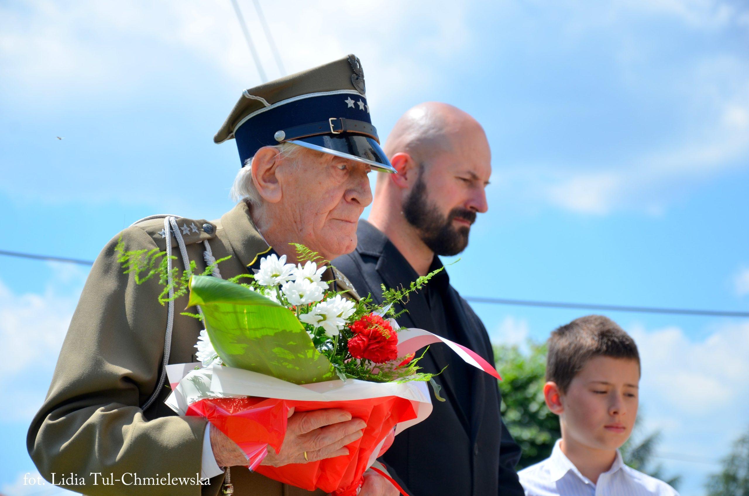 Wzruszenie pokoleń przy składaniu kwiatów pod tablicą /fot. Lidia Tul-Chmielewska