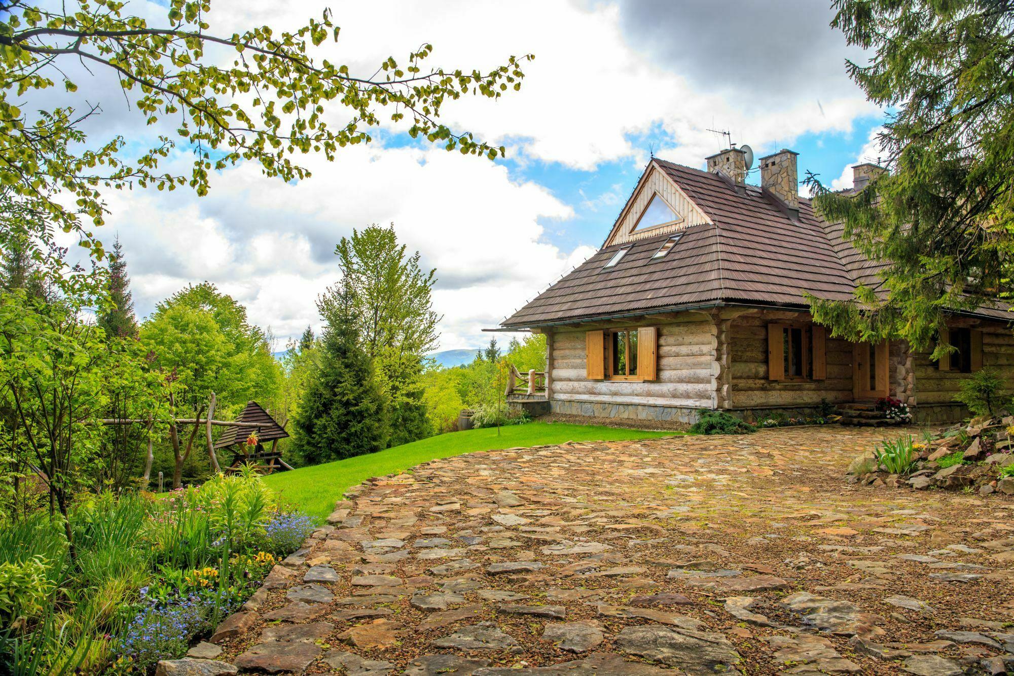Dom z bala to częsty widok w Bieszczadach / fot. shutterstock.com