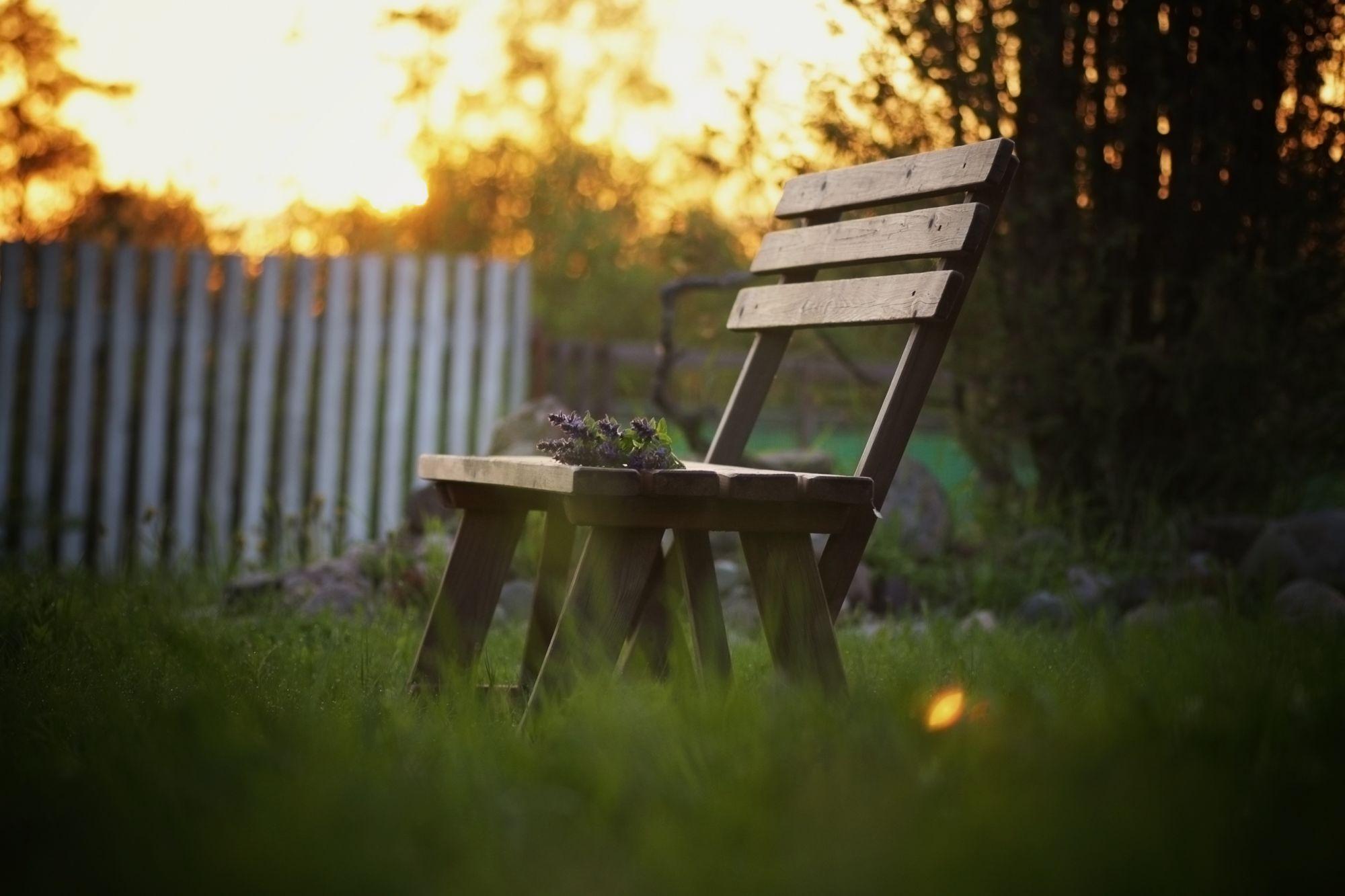 Ławka przed domem z widokiem na bieszczadzkie połoniny to marzenie wielu. Warto jednak sprawdzić, czy wymarzona działka w Bieszczadach pozwoli na jego realizację / fot. shutterstock.com