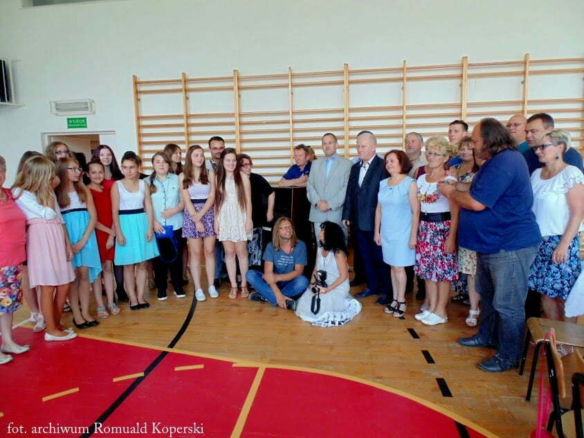 Pianino dla szkoły w Wołkowyi/fot. archiwum Romuald Koperski