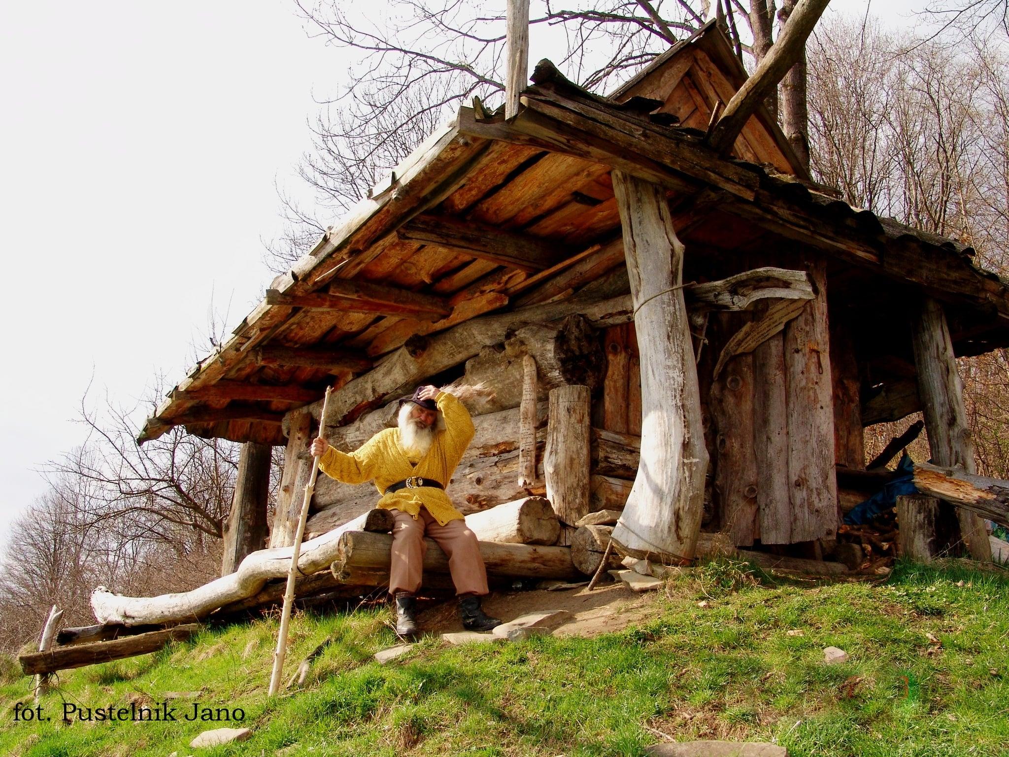 Julek Wasik przy swojej pustelni fot. Pustelnik Jano-