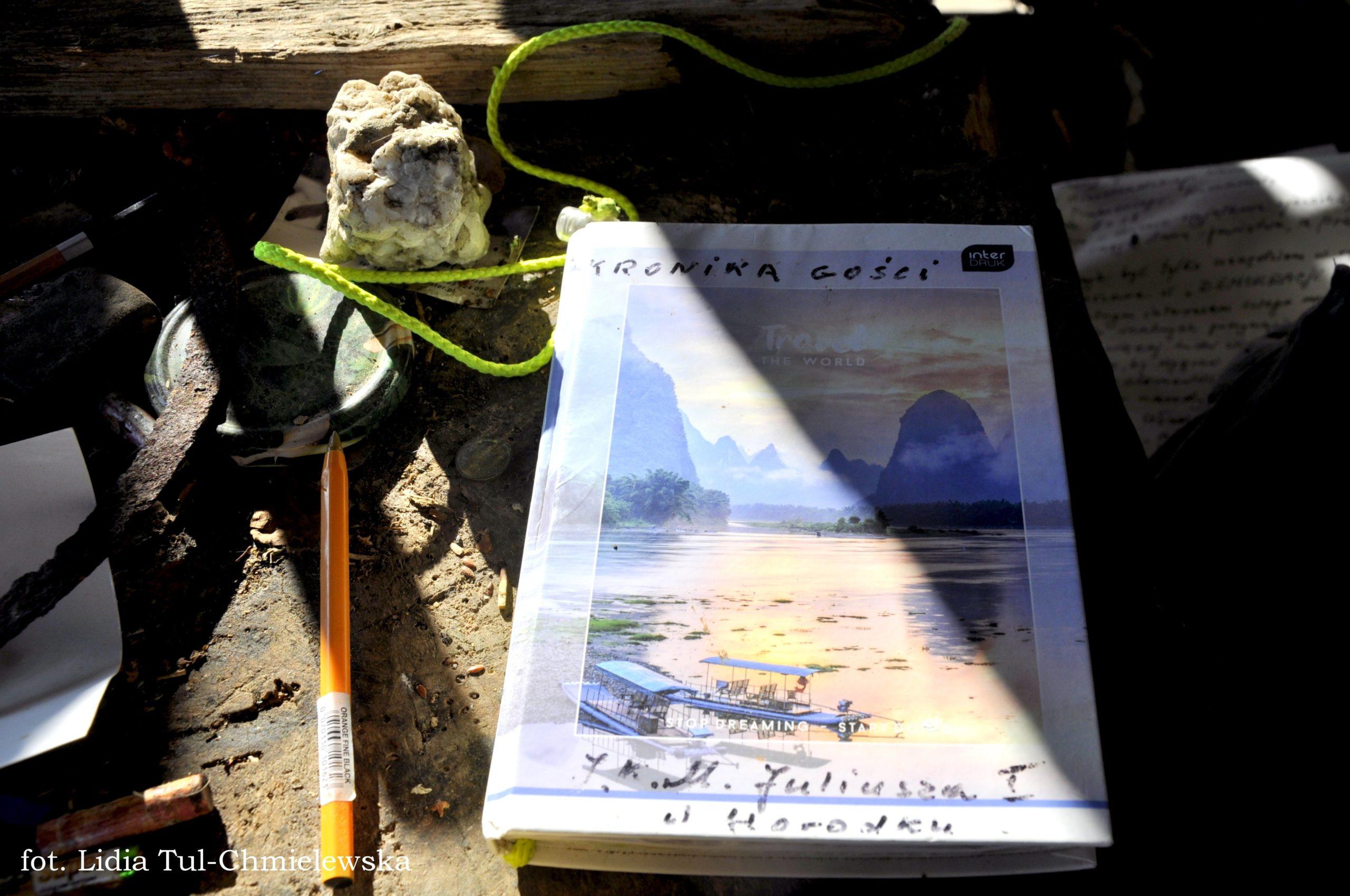 Księga pamiatkowa gości odwiedzających Pustelnię fot.Lidia Tul-Chmielewska-