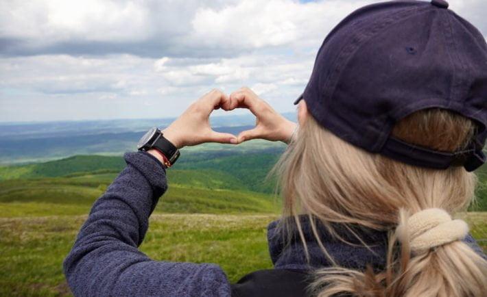 kobieta składająca dłonie w kształt serca, w Bieszczadach