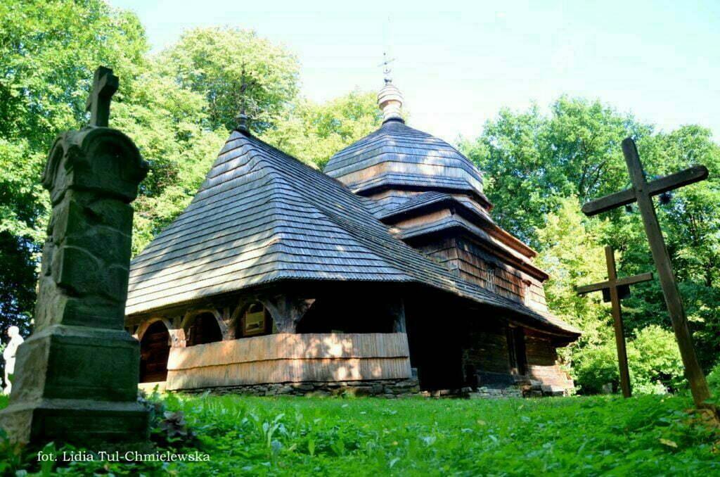 Cerkiew w Uluczu w otoczeniu krzyzy fot. Lidia Tul-Chmielewska